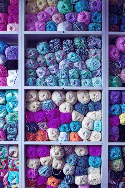 Wolle gestapelt in Regal